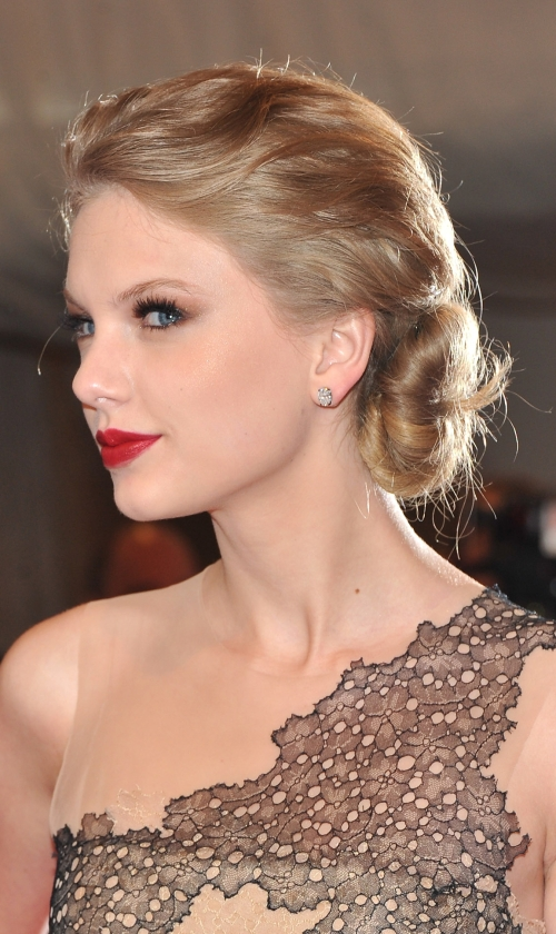 Taylor Swift stylish side bun for spring summer 2017